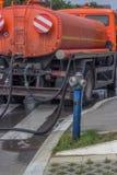 Hydrant aan watervrachtwagen die wordt vastgehaakt Royalty-vrije Stock Afbeeldingen