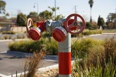 Hydrant in der roten und grauen Farbe lizenzfreies stockfoto
