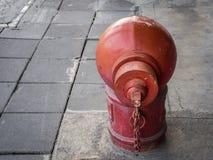 Hydrant-/Feuerverbindungsabteilung auf Fußwegenboden Lizenzfreie Stockfotos