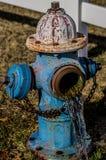 Hydrant mit flüssigem Wasser stockfoto