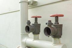 Hydrant zwei auf Wasserleitung Stockbild