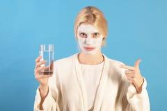 hydration Conceito do cuidado de pele Frasco da bomba para o creme de face Cara bonita da jovem mulher com pele fresca imagem de stock royalty free
