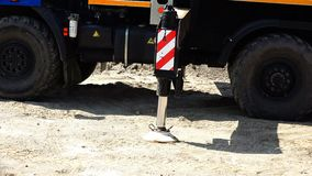 The hydraulic cylinder of the sliding support of the truck crane enters the support column