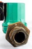 Hydraulica en reparatie, oude hydraulische delen op een witte achtergrond royalty-vrije stock foto
