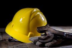 Hydraulica, hulpmiddelen voor loodgieter op houten lijst De workshop, dient a in royalty-vrije stock foto