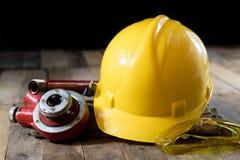 Hydraulica, hulpmiddelen voor loodgieter op houten lijst De workshop, dient a in stock foto