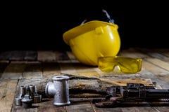 Hydraulica, hulpmiddelen voor loodgieter op houten lijst De workshop, dient a in stock afbeelding