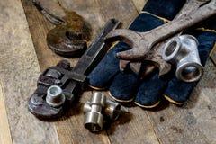 Hydraulica, hulpmiddelen voor loodgieter op houten lijst De workshop, dient a in royalty-vrije stock fotografie