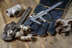 Hydraulica, hulpmiddelen voor loodgieter op houten lijst De workshop, dient a in stock afbeeldingen