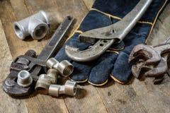 Hydraulica, hulpmiddelen voor loodgieter op houten lijst De workshop, dient a in royalty-vrije stock foto's
