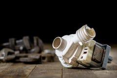 Hydraulica, hulpmiddelen voor loodgieter op houten lijst De workshop, dient a in royalty-vrije stock afbeelding