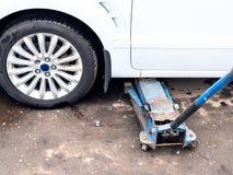 Hydraulicznej dźwigarki dźwignięcia pojazd outdoors zdjęcie stock