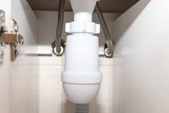 Hydrauliczny spuszcza drymby i woda odciek pod płuczkowym basenem, puchar w łazience zdjęcie stock