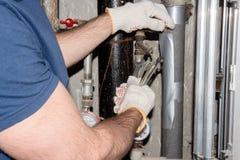 Hydraulików dylematów wodny przeciek w tubkach obraz stock
