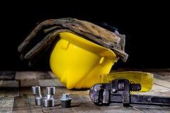 Hydraulik hjälpmedel för rörmokare på trätabellen Seminariet bordlägger a royaltyfri foto