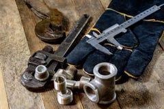 Hydraulik hjälpmedel för rörmokare på trätabellen Seminariet bordlägger a arkivbilder