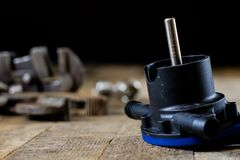 Hydraulik hjälpmedel för rörmokare på trätabellen Seminariet bordlägger a arkivfoton