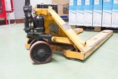Hydraulik och hjul av handpalettlastbilen fotografering för bildbyråer
