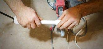 Hydraulik spawka dwa kawałka białe polypropylene drymby zdjęcia stock