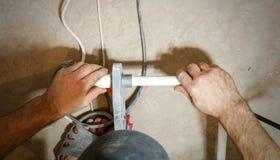 Hydraulik spawka dwa kawałka białe polypropylene drymby Przegląda najpierw zdjęcie royalty free