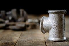 Hydraulik, Werkzeuge für Klempner auf Holztisch Werkstatt, verlegen a stockfotografie