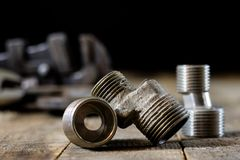 Hydraulik, Werkzeuge für Klempner auf Holztisch Werkstatt, verlegen a lizenzfreie stockbilder