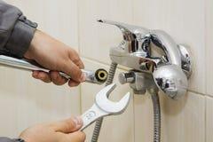 Hydraulik wręcza załatwiać wodnego klepnięcie z spanner obraz stock