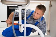 Hydraulik Załatwia Białą zlew drymbę Zdjęcia Royalty Free