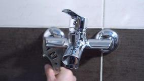 Hydraulik załatwia wodnego klepnięcie z spanner Zakończenie zbiory