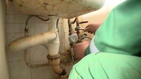 Hydraulika mężczyzna zmienia starych wodnych metry w mieszkanie domu zbiory