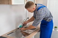 Hydraulika naprawiania Faucet W Kuchennym zlew obrazy royalty free