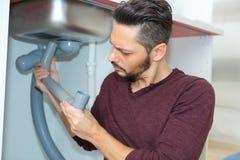 Hydraulika naprawiania zlew drymba w ?azience fotografia stock