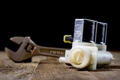 Hydraulika, narzędzia dla hydraulika na drewnianym stole Warsztat, zgłasza a obraz stock