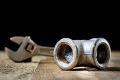 Hydraulika, narzędzia dla hydraulika na drewnianym stole Warsztat, zgłasza a fotografia stock