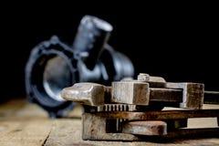 Hydraulika, narzędzia dla hydraulika na drewnianym stole Warsztat, zgłasza a zdjęcie stock