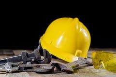 Hydraulika, narzędzia dla hydraulika na drewnianym stole Warsztat, zgłasza a fotografia royalty free