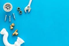 Hydraulika zawód z przekładnią i instrumentami dla remontowych tubk na błękitnym tło odgórnego widoku copyspace zdjęcie royalty free