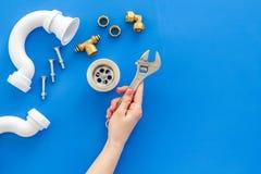 Hydraulika zawód z przekładnią i instrumentami dla remontowych tubk na błękitnym tło odgórnego widoku copyspace obrazy royalty free