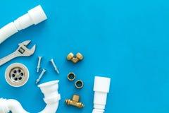 Hydraulika zawód z przekładnią i instrumentami dla remontowych tubk na błękitnym tło odgórnego widoku copyspace zdjęcia stock