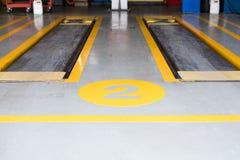 hydraulisch für Auto heben Sie in Autoreparaturservice-Shop an Scissor J stockfotografie