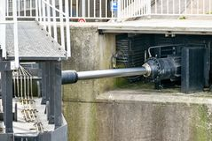 Hydraulische aandrijving van een grote sluisdeur royalty-vrije stock afbeelding