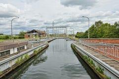 Hydraulische bootlift Nummer 1 van Louviere, België stock foto's