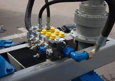 Hydraulische buizen, montage en hefbomen van het opheffen van mechanisme stock afbeelding