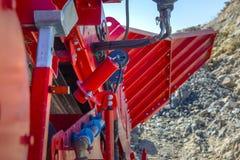 Hydraulische hefbomen op een stortplaatsvrachtwagen in bouw stock afbeeldingen