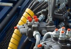 Hydraulische Rohre, Installationen und Hebel der Hebevorrichtung Stockfotos