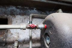 Hydraulische Rohre Ventile im Keller stockbild