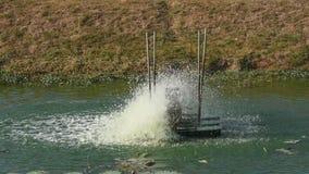 Hydraulische turbine het spinnen voor waterzuiveringsinstallatie op kanaal stock footage