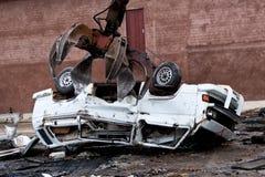 Hydraulische verpletterende machine die een voertuig verpletteren Stock Foto