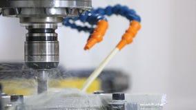 Hydraulische werktuigmachines om metaal te snijden stock videobeelden
