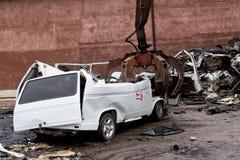 Hydraulische Zerquetschungsmaschine, die ein Fahrzeug zerquetscht Lizenzfreie Stockfotos